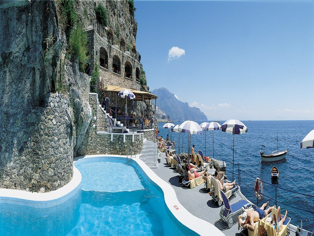 Top 10 best and the most attractive beach hotels in the for Great small hotels italy