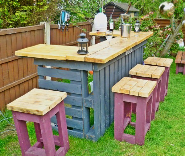 13. Pallet Outdoor Bar And Stools