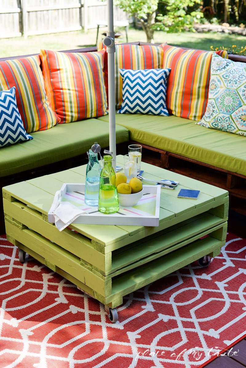 22 cheap easy and creative pallet furniture diy ideas for Table exterieur palette