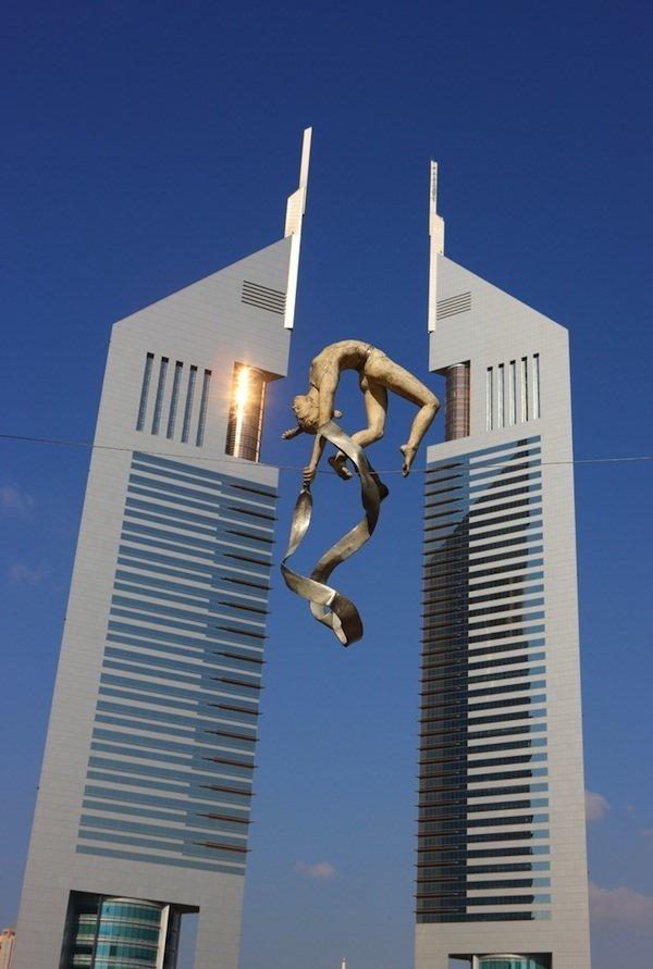 urban-sculpture-balancing