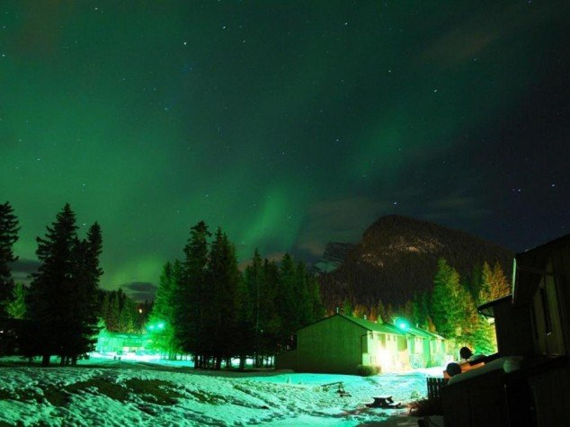 Banff-Town-Northern-Lights-Banff-National-Park-Alberta-Canada-634x475