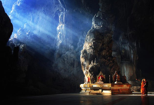 monks-in-buddha-temple-datdawtaung-cave
