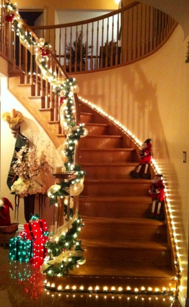 20 brilliant christmas staircase decorations that will - Christmas decorations for stair rail ...