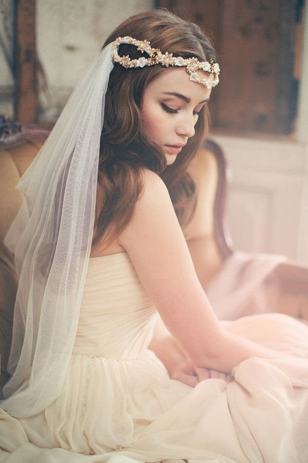 5_Stunning veil secured with headband and pins