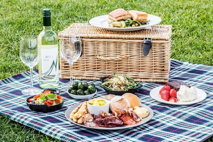 a guideline to organize the perfect romantic picnic world inside