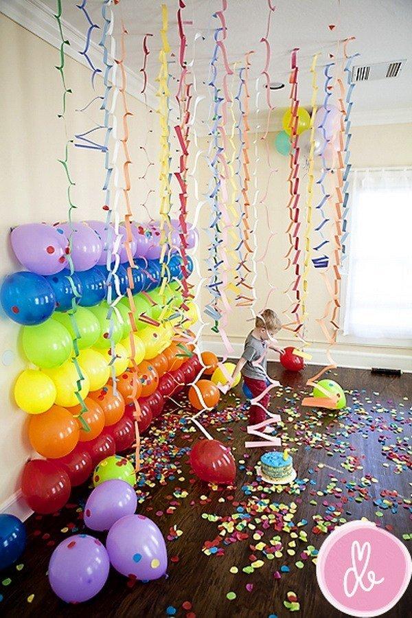 simple balloon decoration on wall